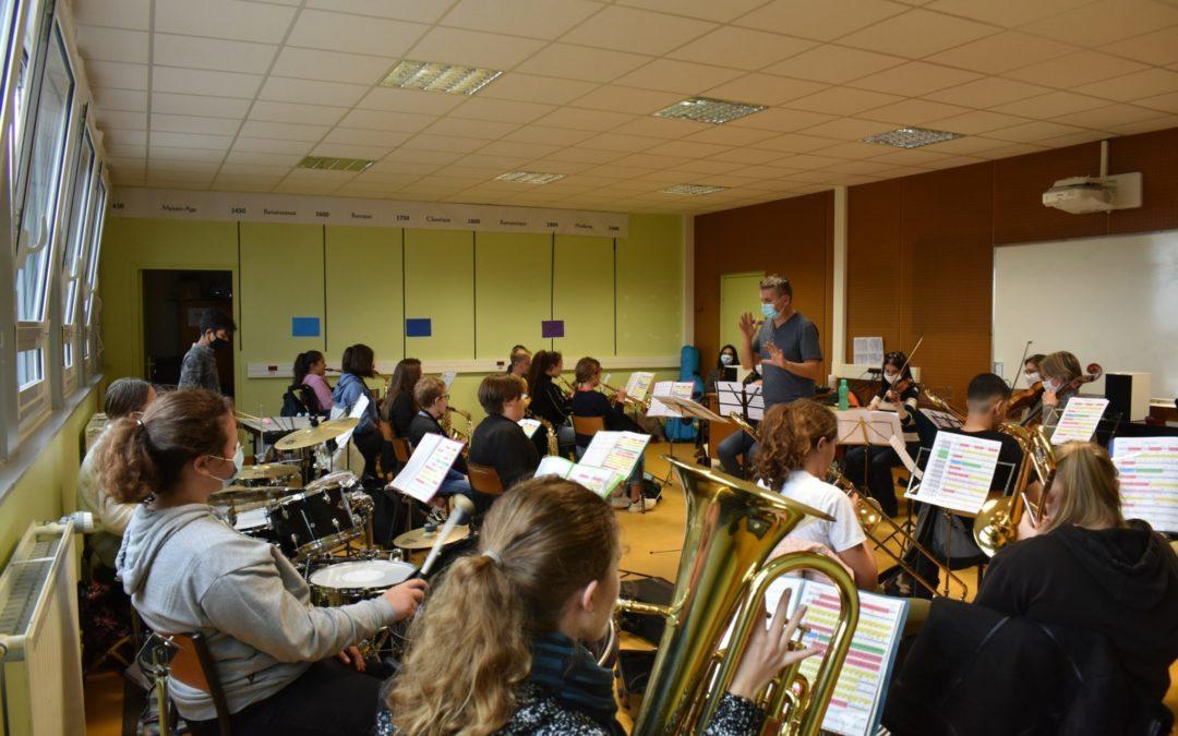 L'orchestre à l'école de 4ème du collège Alfred Jarry en répétition pour le projet Aladdin